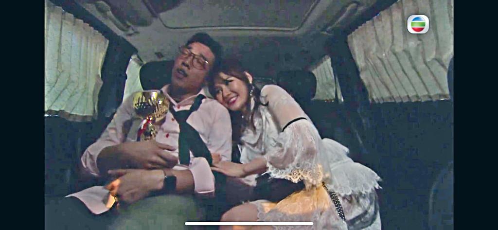 主動獻身 ■鄭世豪飾演的「細龍生」在車廂中被明星仔「車厘子」主動獻身。