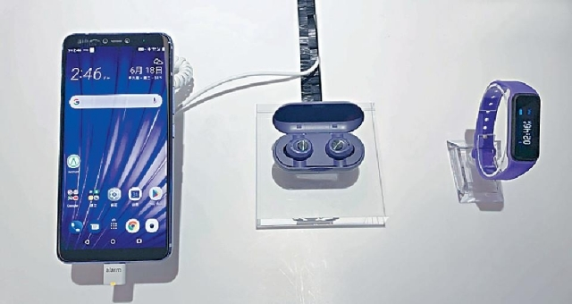 ■SmarTone推出手機連無線耳筒及手帶的優惠組合。
