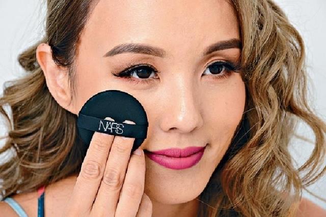 ■使用時只要將粉底輕輕印於面上,便能即時做出遮瑕及撫平幼紋的功能。