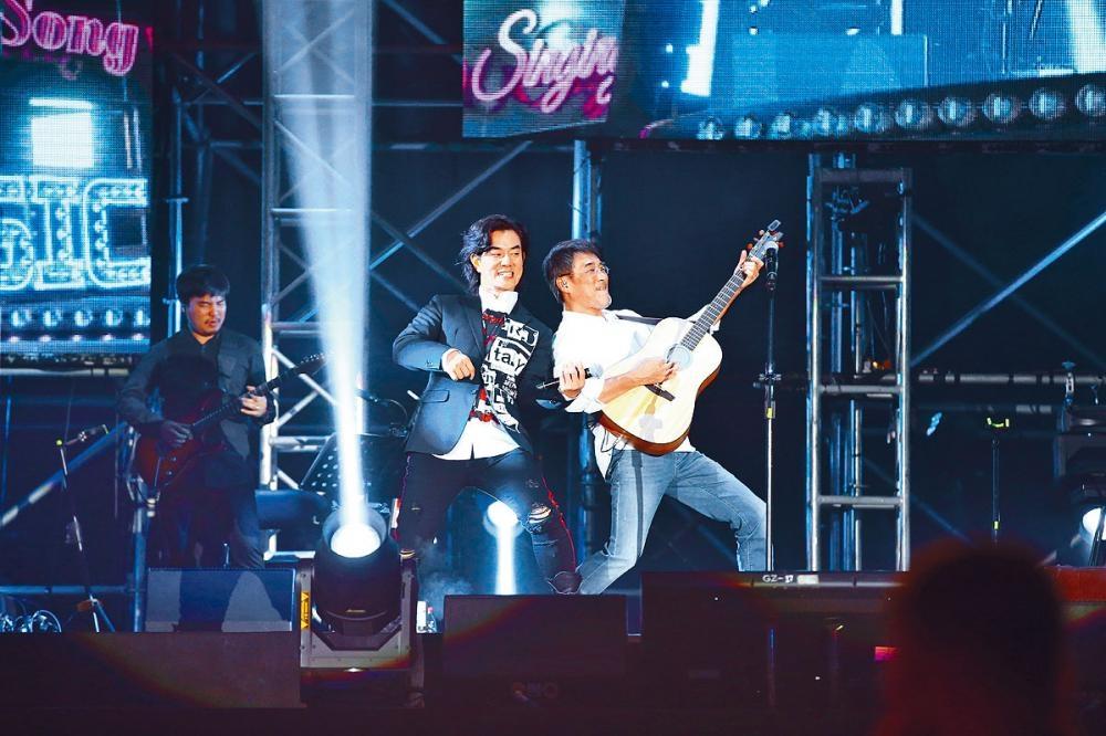 任賢齊與李宗盛在台上盡情Jam歌。