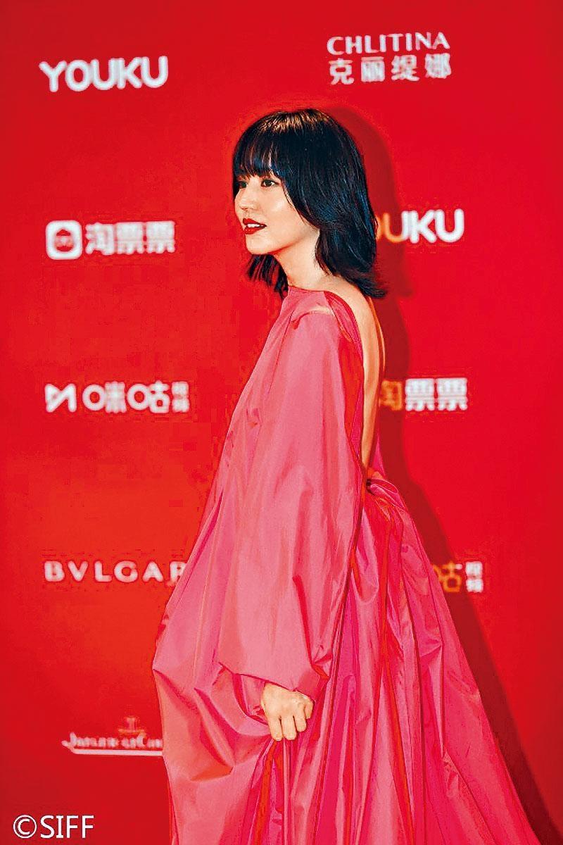 長澤正美前日以大露背裙現身上海電影節,搶盡鏡頭。