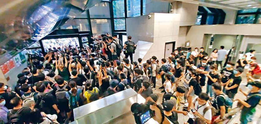 ■約二百名示威者到灣仔稅務大樓堵塞出入口,阻礙市民進入處理稅務等事宜。
