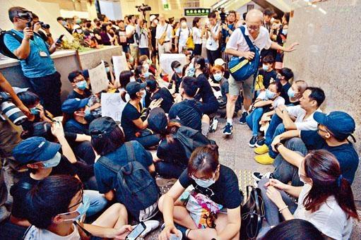 ■大批示威者在大樓內坐下,阻礙其他人進出。