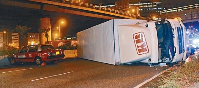■貨車剷向路邊防撞欄,繼而彈回路中向右邊翻側。