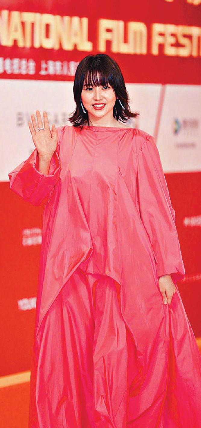 ■長澤正美正面的紅裙看似十分密實。