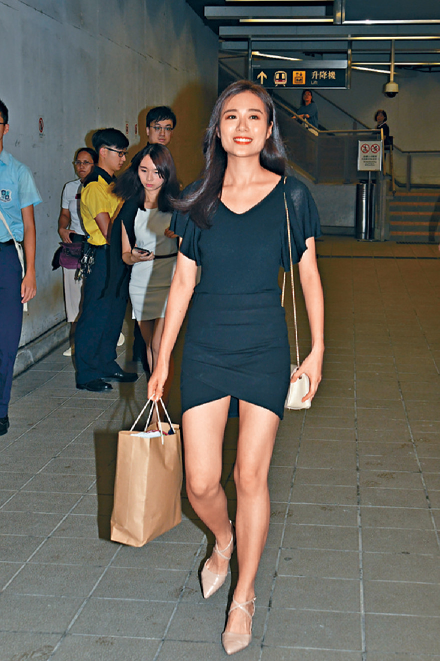 ■現年23歲的王菲身形纖瘦,笑容甜美,她表示名字由媽咪改,在公開大學讀電影,偶像是張國榮。