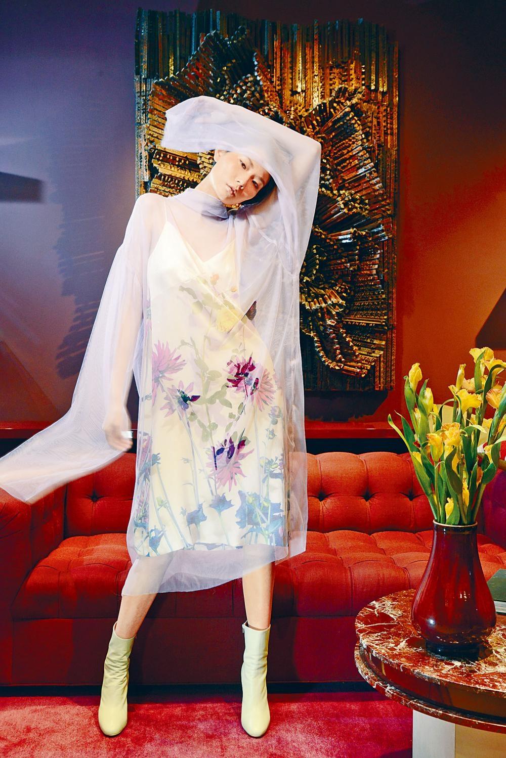 花朵圖案吊帶黃色連身裙/$8,500、飾以花卉圖案的薰衣草紫色網紗透視長袖連身裙/$11,900、淺綠色短靴。