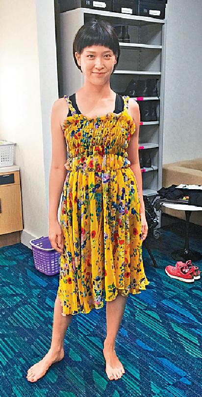 ■Joman為演出試身,到時就會着呢條黃色花花靚裙。