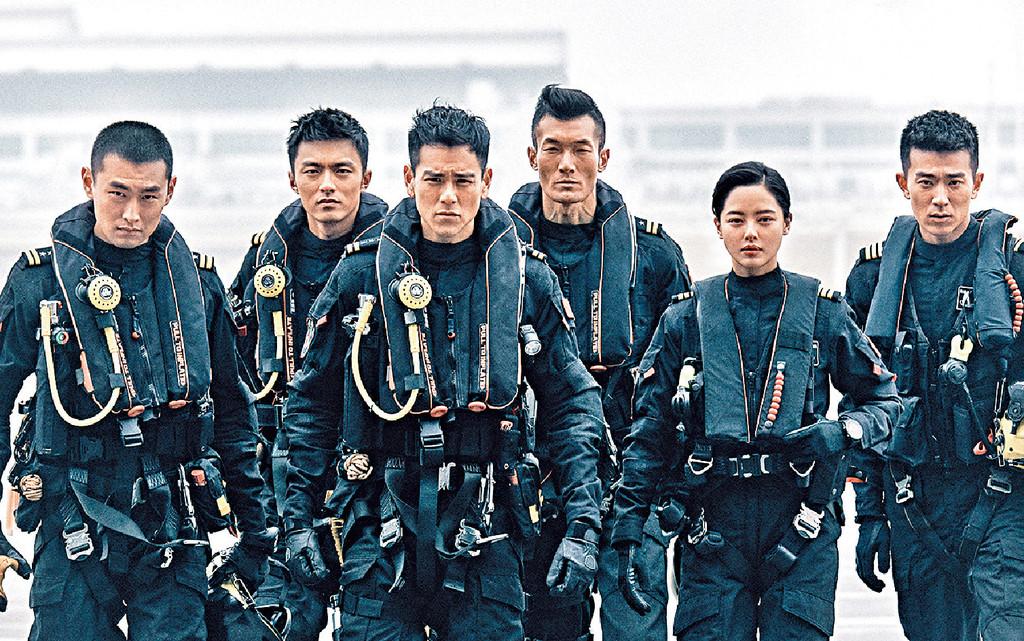 ■彭于晏(左三)與一眾演員以型爆制服Look拍攝寫真。