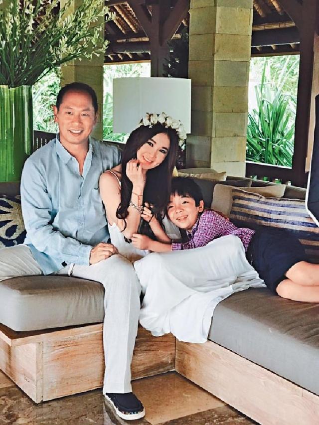 一家三口 08年,溫碧霞在內地一所醫院領養了兒子Xavier,一家三口一直好幸福。