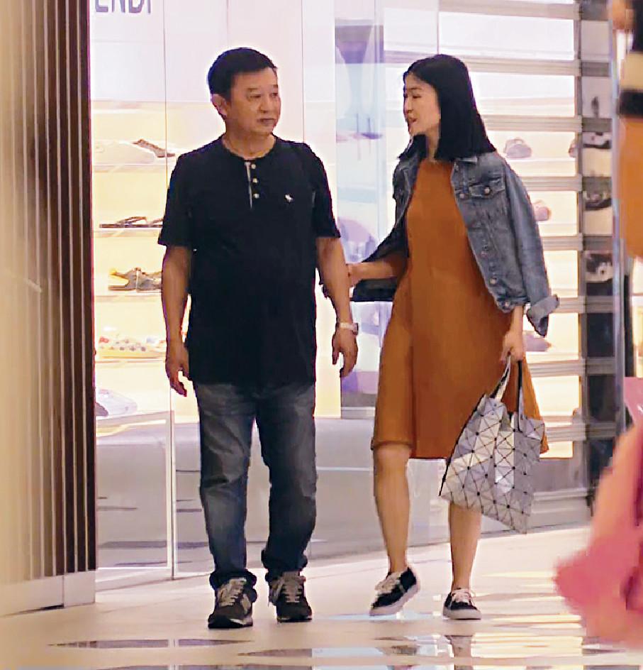 ■國產女行行吓突捉住程導手臂,去shopping。