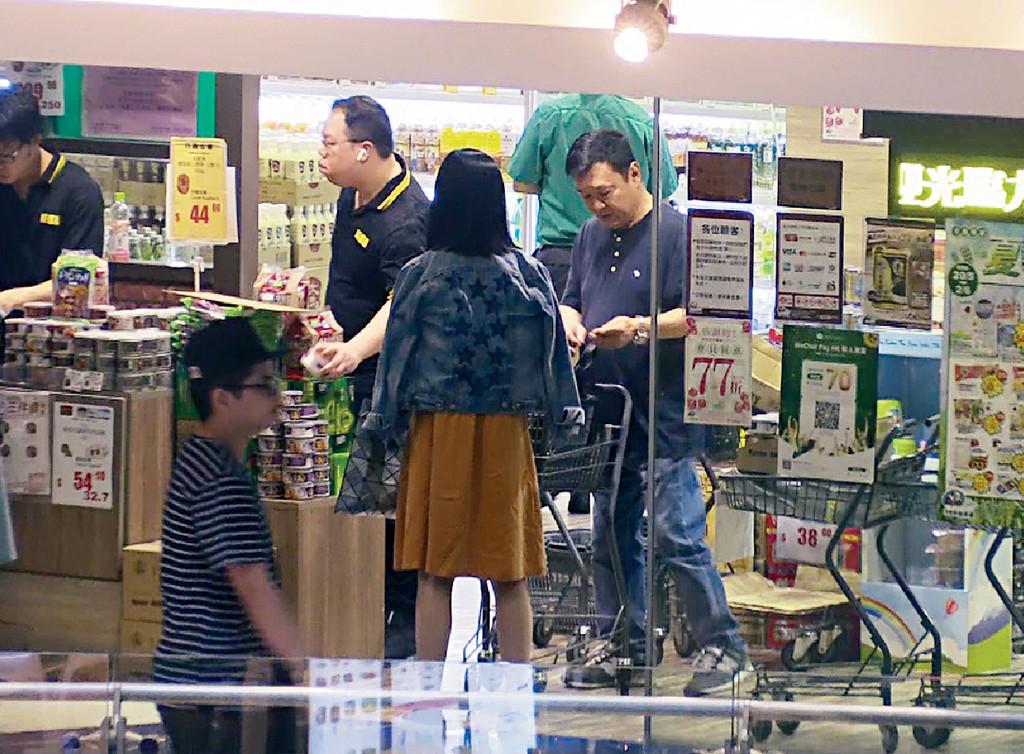 ■兩人在零食店大手掃即食罐頭鮑魚。