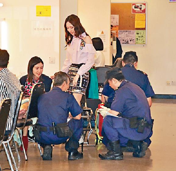 ■麥明詩受傷後由保安人員為她包紮右腳踝。
