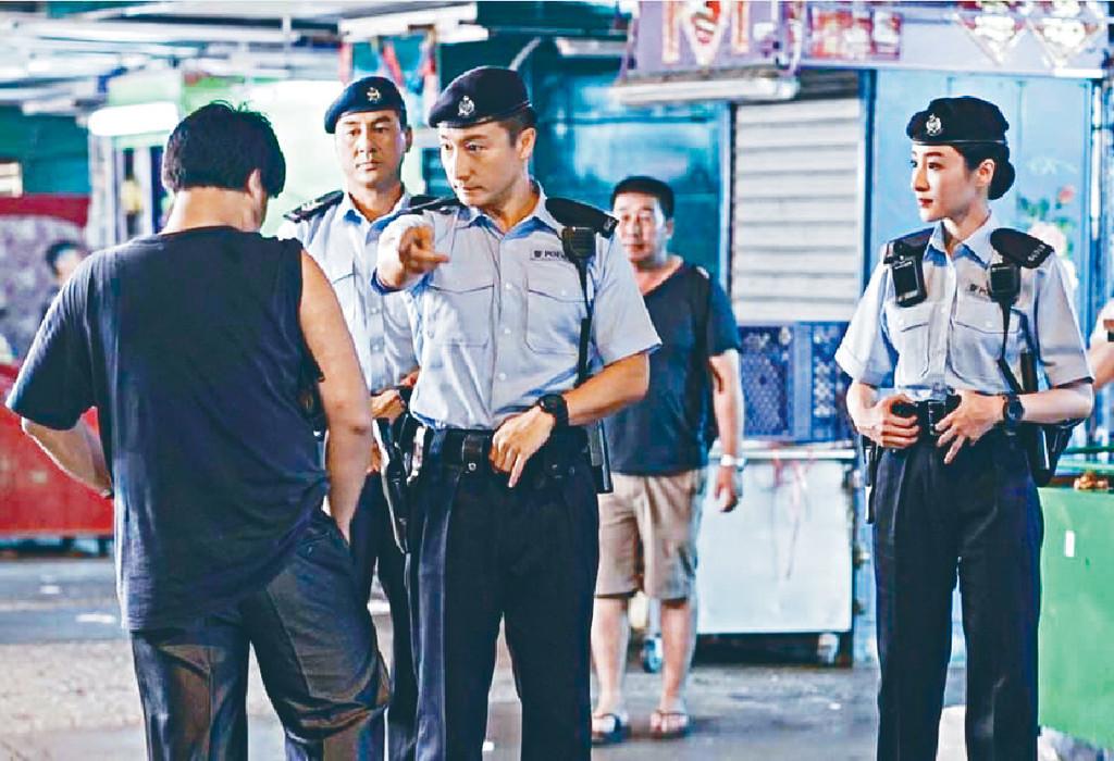 無遇麻煩 ■方力申、林夏薇及王凱韋 (前名王合喜)着上軍裝在街頭拍攝《衝鋒隊2019》,薇薇話拍攝好順利無遇到麻煩。