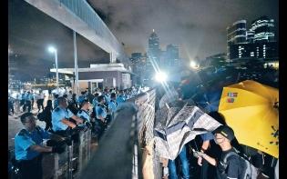 示威者闖海濱軍用地  撐傘與防暴警對峙