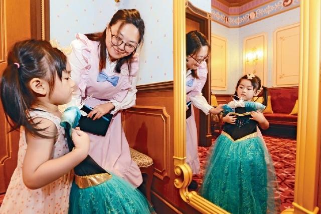 ■升級版「魔法化妝廳」主打七款獨家公主禮服。
