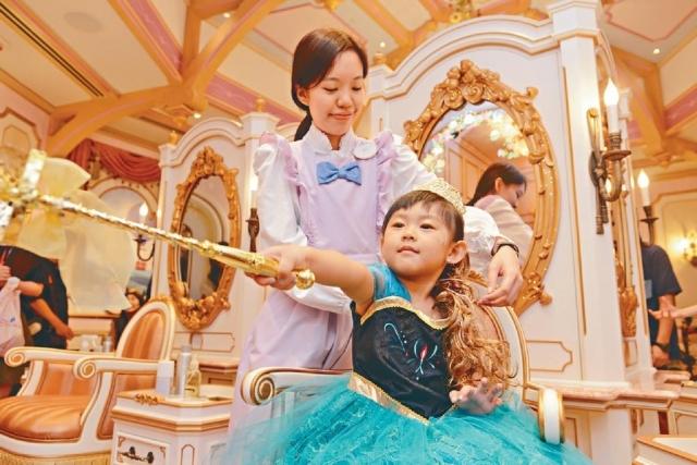 ■小女孩與仙女教母實習生一起念魔法咒語,變身《魔雪奇緣》的安娜公主!