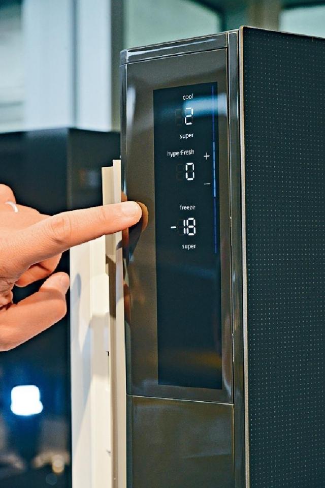 ■雪櫃調校功能置於門把側,保持外觀優美。