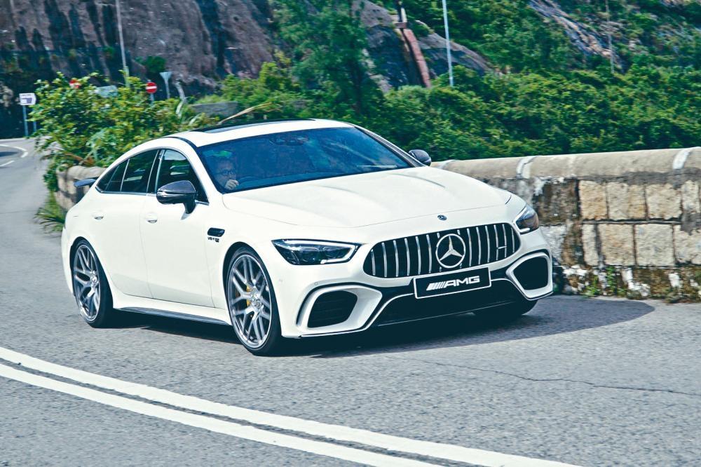 示範車加有兩套碳纖維外觀組件,連稅合共二十萬元,令總出車價升至約三百二十萬元。