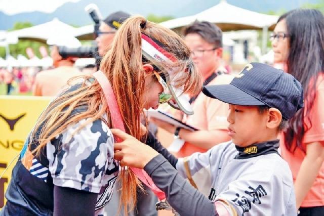 ■長濱國小棒球隊代表為跑手掛上獎牌。