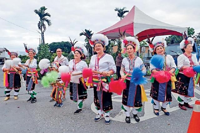 ■原住民穿起統傳服飾為跑手打氣。