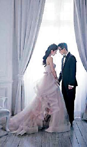 ■何倍倩15年與何乃斌再影甜蜜婚照,賀結婚10周年。