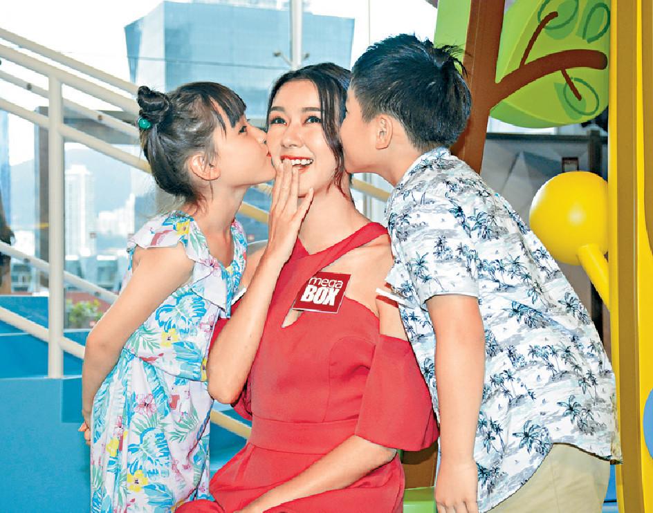■麥明詩獲兩位小朋友送吻表現興奮。