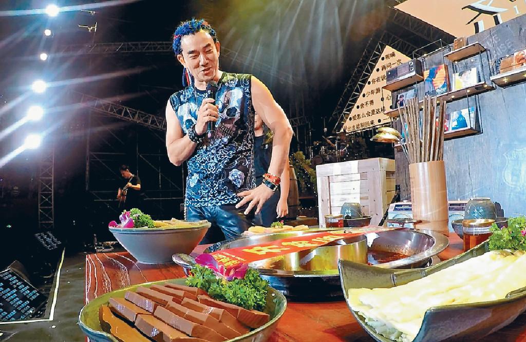 ■被禁食辣的小齊,索性將麻辣火鍋搬上台邊唱邊食。