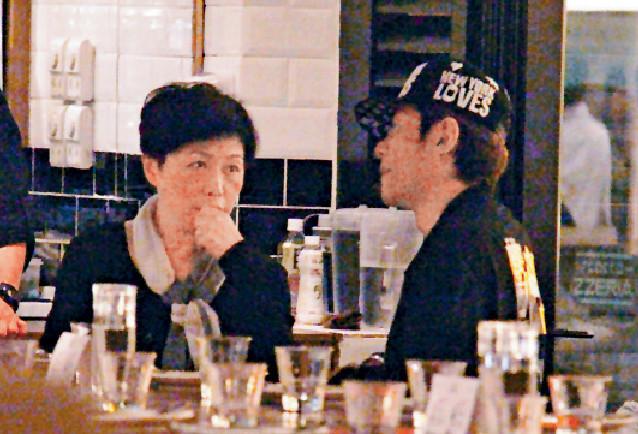 ■16年尾,江華以同一打扮和愛妻在同一西餐廳dinner。