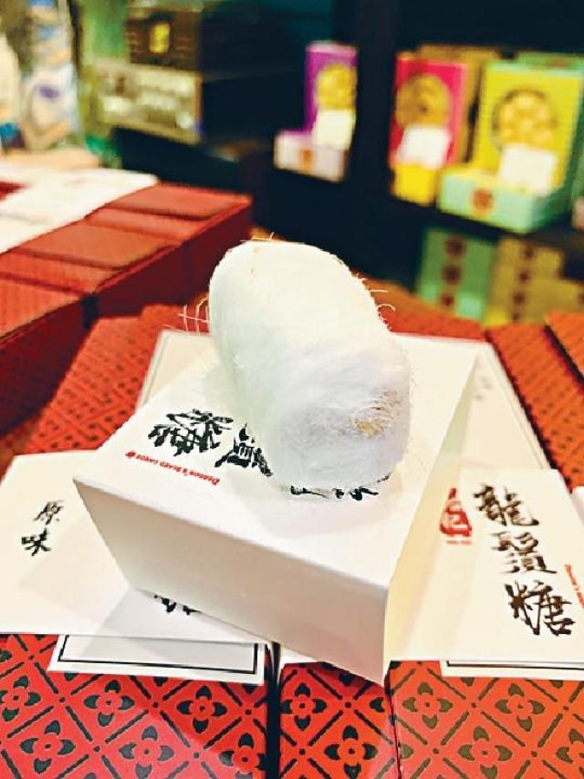 龍鬚糖$28\6粒\d 外層軟綿鬆化,且清甜爽口,內裹花生、芝麻、椰絲,香氣四溢,有粒粒口感。