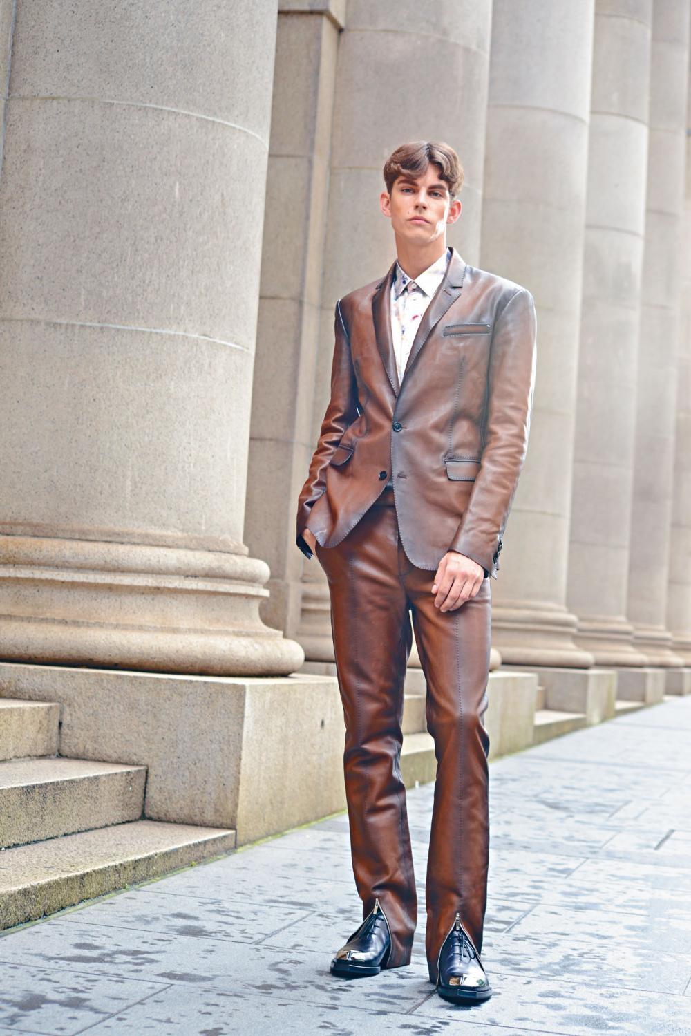 啡色小牛皮西裝褸、褲腳飾以拉鏈的啡色皮革長褲/售價待定、白色大理石印花真絲恤衫、Alessandro Edge Venezia黑色皮鞋。