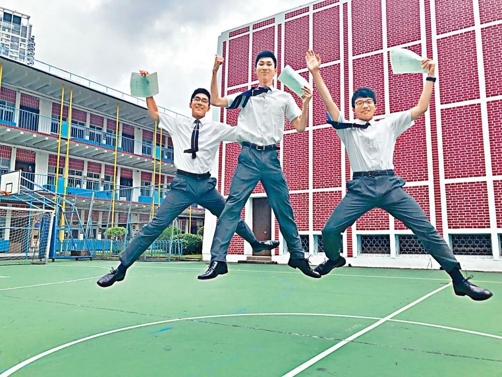 香港華仁書院曾患重度抑鬱症的曾昆洛(中),以及兩「榜眼」劉昊豐(左)、陳啟進(右)喜獲佳績。