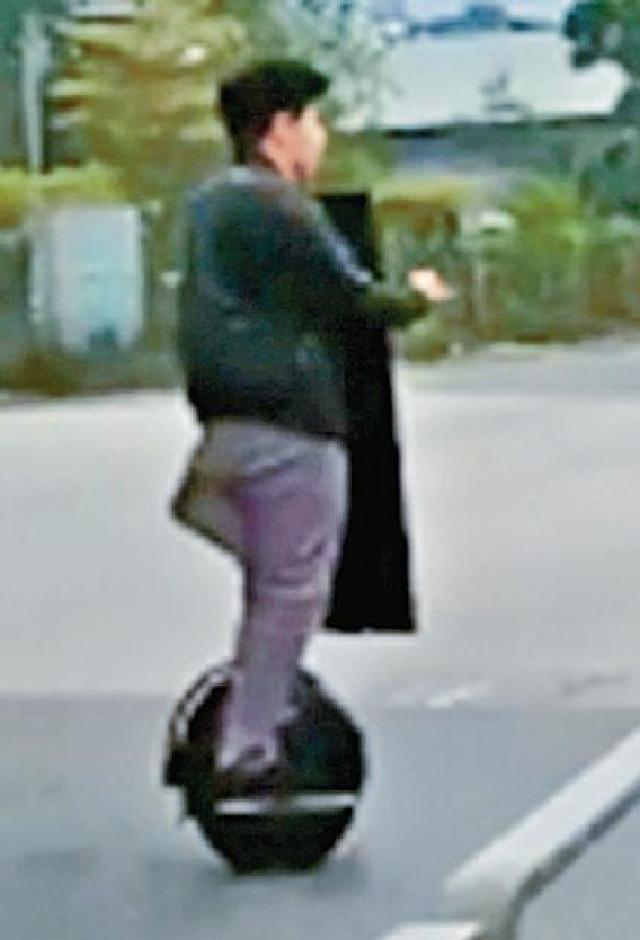 ■路上不時見到有人踏着「風火輪」飛馳。資料圖片