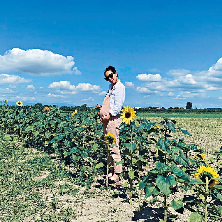 加國果園之旅 Kary繼喺日本熊本打卡後,近日佢又貼置身花田新相,老公Brian則孭着剛滿1歲嘅兒子Asher四圍行。有指Kary當日遊加拿大Emma Lea Farm,又摘時令水果,以「best day ever」嚟形容果園之旅。