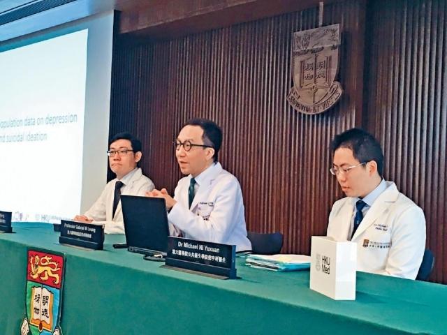 ■港大醫學院院長梁卓偉(中)表示非常憂慮,形容情況有如出現「精神健康疫症」。