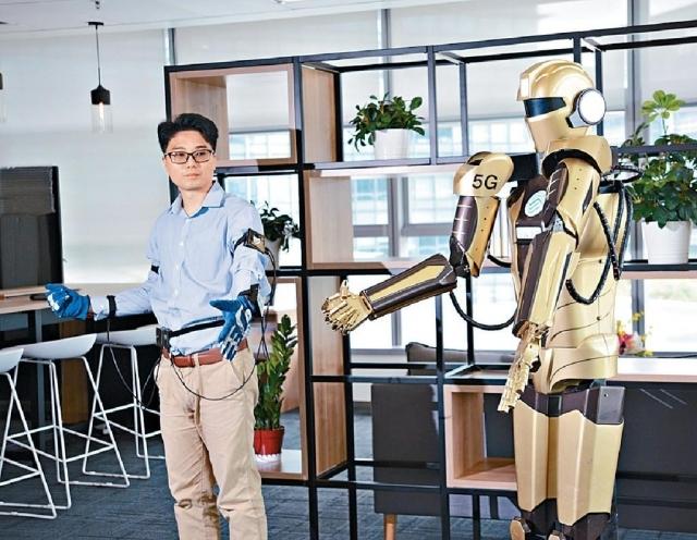 ■項目經理程廣龍示範以動作操控機械人。