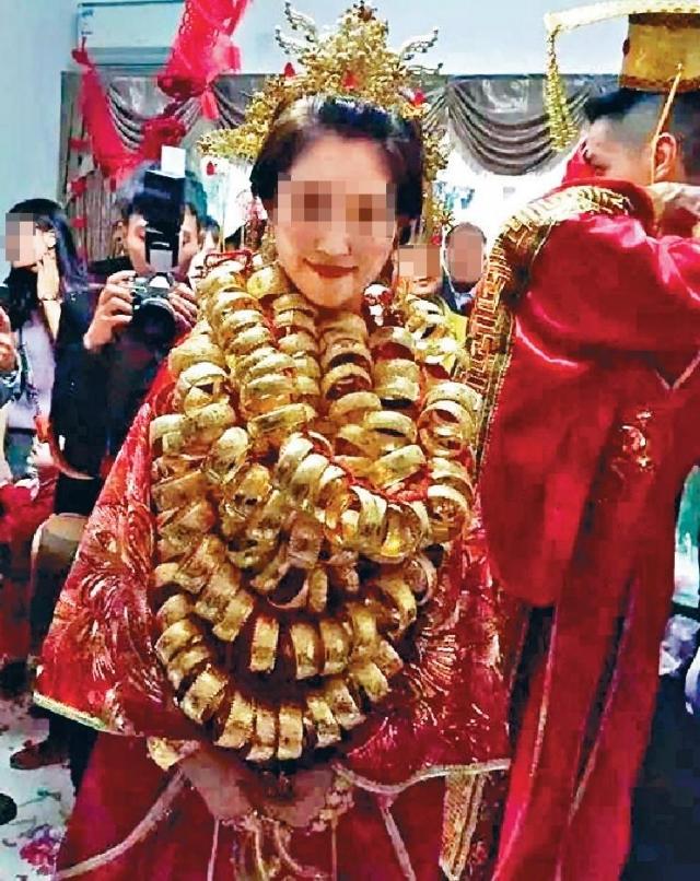 ■廣東有土豪舉行婚禮,新郎扮成皇帝,新娘頸項則掛上近百龍鳳鐲。