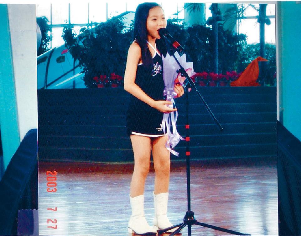 ■Bella學生時已奪歌唱比賽冠軍,唱歌有一定實力。