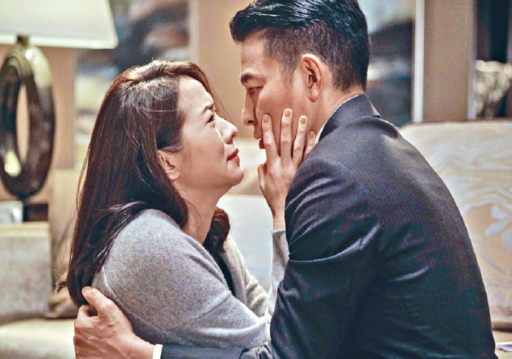 ■戲中華哥和嘉欣原是恩愛夫妻,但為了生B及各自的秘密而起爭執。
