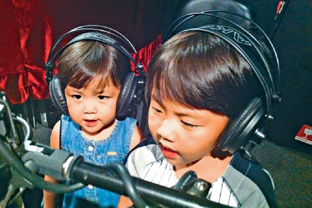 ■張崇德話當年囝囝4歲半,細女未夠3歲,帶佢哋去錄音室參觀時,佢哋聽住節拍竟識得唱福音歌《聖靈的果子》,最後收錄成作品。