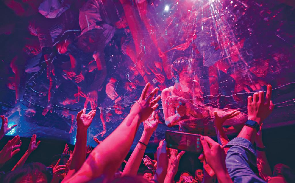 ■Joman在透明池底跟觀眾Say Hi,令現場氣氛高漲。