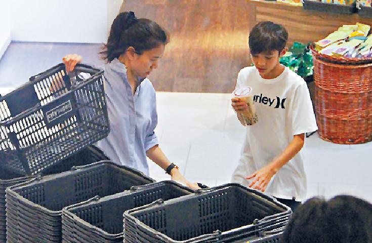 ■去到超市,魔童會同阿媽一齊整好購物車。