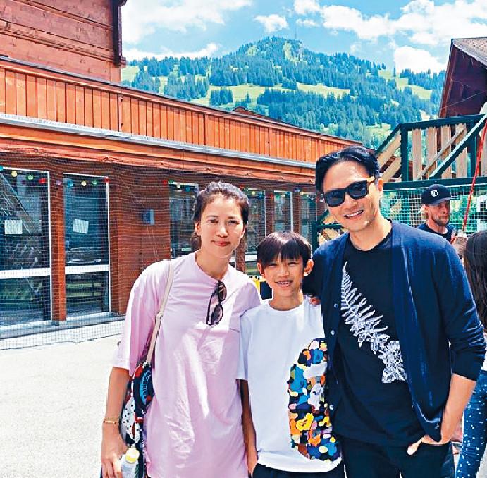■張氏一家正於瑞士過暑假。