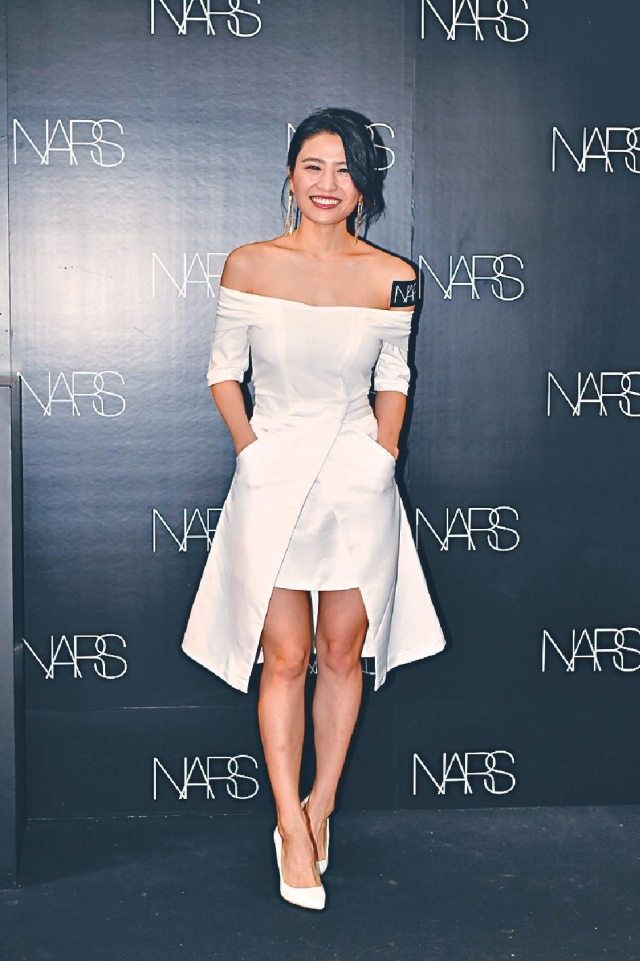 林芊妤 簡潔舒服 「條裙幾性感,顯得佢膊位橫、身形比例好,望落簡潔又斯文大方,tone on tone襯白色鞋感覺好舒服。」
