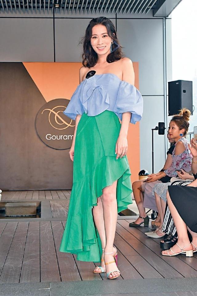 佘詩曼 打扮夏天 「打扮好夏天,上衫剪裁特別,再襯不規則裙,最絕係襯咗對同衫色相呼應嘅高踭鞋,望落好年輕。」