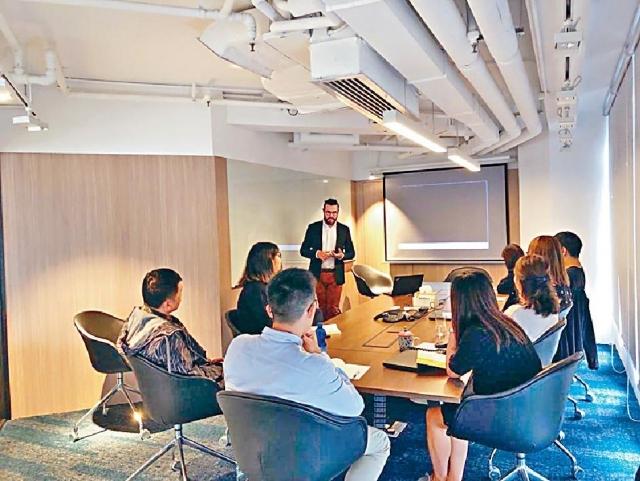 ■周凱瑜早前邀請BoConcept丹麥總部的導師來港,培訓前線及後勤員工。受訪者提供