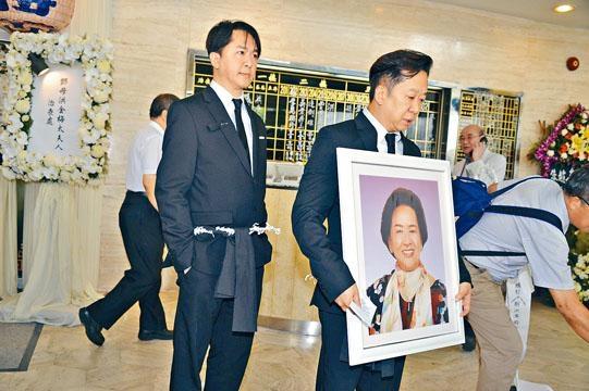 ■兆榮捧着亡母遺照,出發至哥連臣角火葬場。