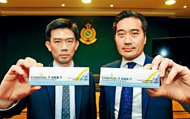 ■衞生署總藥劑師陳詩濤(左),海關版權及商標調查科高級監督關建強(右)展示聯合行動中搜獲的問題疫苗。
