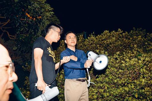 ■港大校長張翔在府邸外與學生對話。