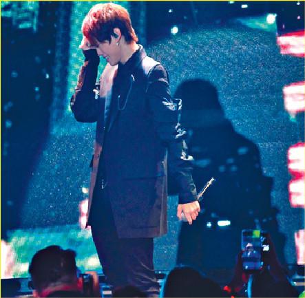 ■姜B一時感觸喊住唱偶像歌曲。